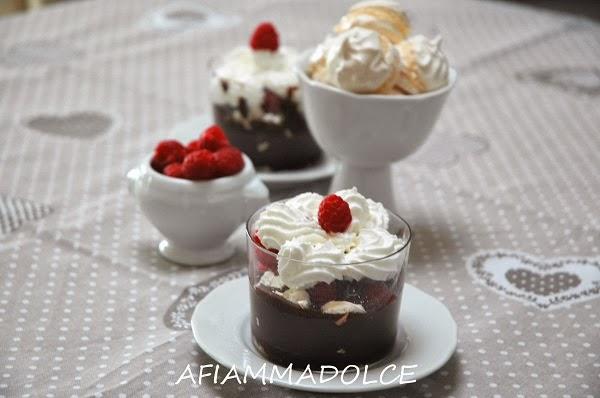 bicchierini cioccolato, meringhe e lamponi